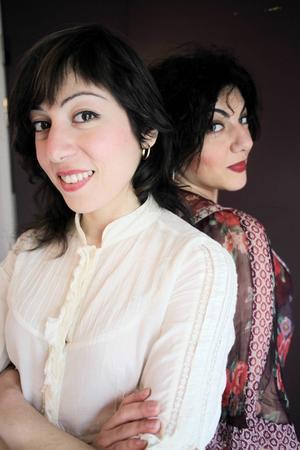 Safoura Safavi tillsammans med systern Melody.