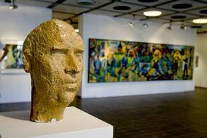VAKANDE VÄNPORTRÄTT. Konstnären Sven Olow Olsson är närvarande i form av en skulptur av Juho Suni.