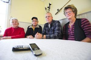 Hedvig Svingstedt, Thord Blixt, Mikael Svingstedt och Annika Elander är oroliga att bli utan telefon när Telia plockar ned det fasta telefonnätet.