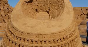 Till skulpturerna används en särskild typ av sandkorn som hakar i varandra.