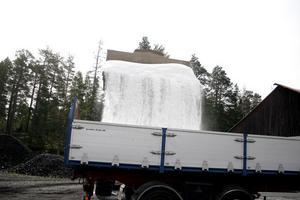 Lastbilar hämtar vägsaltet som transporteras till orter i hela Hälsingland.