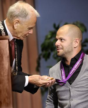 Oj, vad tung! Karl-Erik Pettersson tog chansen att få känna på Stefans guldmedalj.