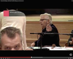 Arg. Dan-Åke Moberg blev arg på kommunens personal vid fullmäktigemötet i måndags.Foto: Skärmdump från Youtube