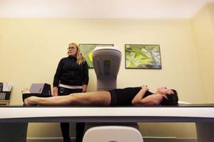 Cattis Olsson lägger Anita Näsbergs ben tillrätta så att bilden blir som den ska.