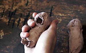 Frejas ful-söta        maskrosbarn i lera är sköna i handen.