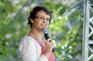 Stod upp. Stå-upparen Hanna Danmo, som sade sig ha så många diagnoser att hon inte kom ihåg dem, rev ner gapskratt under sitt uppträdande.