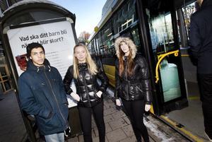 Vännerna Mohamed Touzari, Emmy Dahlström och Moa Domanders tycker alla tre att det är ett problem med busschaufförer som pratar i telefon medan de kör.– Det är oprofessionellt att prata under arbetstid. Särskilt då de inte bara riskerar sitt eget liv utan även andra människors, säger Emmy Dahlström.