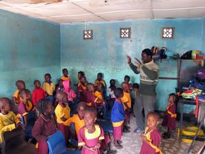 Rektor i klassen: Skolans rektor sjunger med barnen.