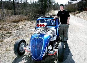 I oktober 2008 köpte Alexsander Hansson sin Fiat Topolino. Sedan dess har han lagt ner mer än tusen timmar på att göra en dragracingbil av den.