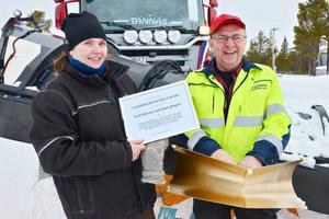 Lotta Larsson lämnar över Ränningsvallens byalags utmärkelse Landsbygdens hjältar till Leif Olsson som ansvarar för plogningen av fjällvägen mellan Tännäs och Sörvattnet.