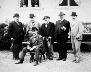 Ludvikaverkens grundare, CME Granström, Carl Roth, A E Salwén, P M Carlberg, förste direktören A R Görsnsson och landshövding Claes Wersäll sittande. Grängesbergsbolaget var majoritetsägare