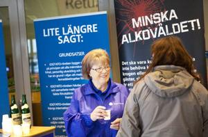 Kjerstin Bengtsson bjöd förbipasserande på Godtemplardricka när de passerade nykterhetsrörelsens kampanjbord.