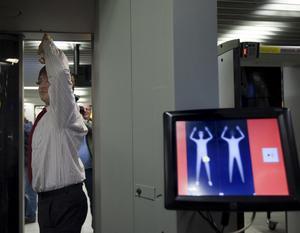Skärpta rutiner. Flera flygplatser i Europa har aviserat kroppsskanning av resenärer inför högriskflygningar. FOTO: SCANPIX
