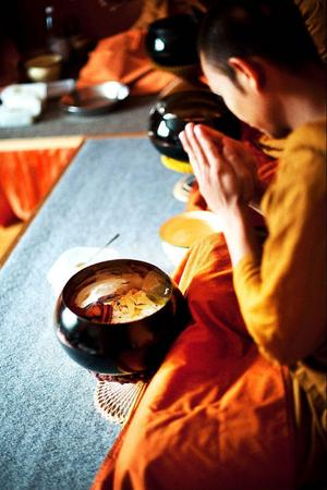 Munkarna får bara äta mat mellan 06 på morgonen och klockan tolv, dagens enda måltid intar de i samband med en ceremoni som börjar klockan 10.