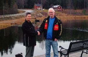 Ellinor Jensen-Berglund och Lennart Larsson vid Bromyra tjärn med tillhörande bostadshus och serveringsfaciliteter som Lennart köpt.Foto: Ingvar Ericsson