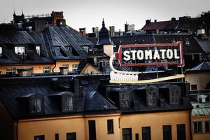 Den klassiska Stomatol-neonreklamskylten vid Slussen i Stockholm.