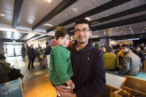 Afghanen och trebarnspappan Reza Hussaini, här med yngsta dottern, Sajeda, upplever inte att situationen på Continental Inn är otrygg. De incidenter som de facto sker är oftast resultat av språkförbistringar och kulturskillnader, anser han. Och att det blir bråk är inte konstigt. Man får inte glömma bort att det bor över 600 personer från olika nationaliteter på Continental, betonar Reza Hussaini.
