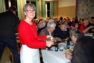 Här kommer Karin Kullander med mer portergryta. Gästerna åt med god aptit.