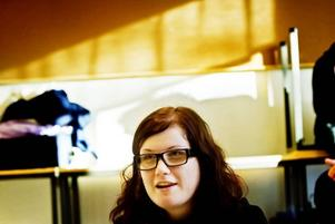 """BLEV INSPIRERAD. Johanna Åberg, 17 år, från Sandviken har varit på Miljötinget förut. Efter miljökonferensen i Söderhamn för två år sedan försökte hon och andra Sandvikenungdomar få fler att åka kollektivtrafik under parollen """"rädda pingvinerna"""".""""Det gick så där. Det var svårt att få ihop 120 busskort"""", säger hon."""