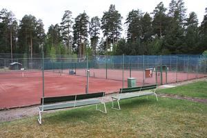 Två grusbanor finns på Arbrå tennisklubbs anläggning på Talludden. Nu ska det nu bli boulebanor på den ena (den bortre banan i bild).
