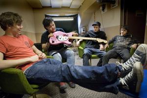 Bandet har tidigt i sin karriär ett tydligt varumärke med den rosa gitarren. Den bär även autografer från alla Backyard Babies och tre från The Poodles.