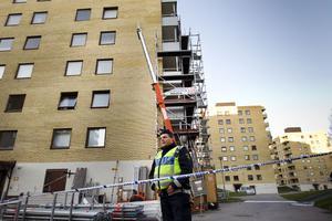 Mannen höll på att montera ner en byggnadsställning då han av okänd anledning föll ur en skylift.