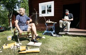 Per Wilhelmsson och Ralf Sikström pratar och snidar under hembygdsdagarna.