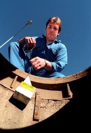 Patrik Skoglund vid Anticimex har fullt upp med att lägga ut råttgift för att husägarna ska bli av med de objudna gästerna.