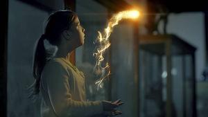 Stella (Mirjam Kjellman) hittar magiska sagogryn i 2013 års julkalender