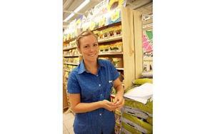 Mikaela Hillberg ska bli sjuksköterska men jobbar inom handeln i sommar för att kunna spara pengar då hon bor hemma i Avesta hos föräldrarna.FOTO: KERSTIN ERIKSSON