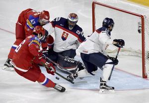När Slovakien mötte Ryssland på lördagen vägrade spelarna beträda isen efter den första perioden, då spelarna ansåg att isen inte var säker att spela på.