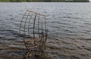 Alf Larsson forsätter med sina smäckra båtformer i smide, Strandad Argus heter årets bidrag.