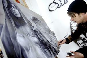 Alexander Creutz, som har en bakgrund som graffitikonstnär testar för första gången att måla med pensel och akrylfärg.