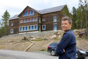 Huset ser mer ut som ett hotell än ett fritidshus vilket detaljplanen är avsedd för, säger Staffan Johansson. I sin dom säger mark- och miljödomstolen att avvikelserna är så betydande att bygget stoppas och bygglovet upphävs.