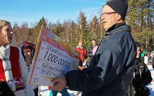 Sandra Dahlberg lurade Kjell Klintberg att han var med i fransk tv, men så kom guldkuverten fram och Kjell log mer och mer. FOTO: EVA HÖGKVIST