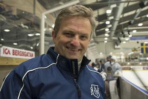 Fredrik Johansson är en av tränarna under Hockeyskolan, han har varit tränare för Hudik Hockey i tre år, men ska nu träna Halmstad.