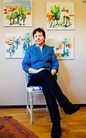 Lucy Pettersson som ställer ut på Galleri Eken tror att bilder av människor går särskilt bra  i Östersund.