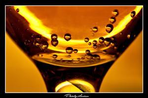 Bubblande njutning i ett champagne glas...