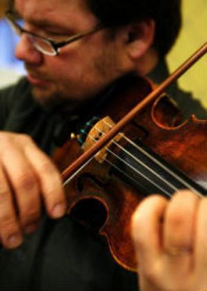 En 300 år gammal violin är i sina bästa år. Klangen är stor, varm och fyllig och nu gäller det för Richard Kontra att spela ihop sig med sina nya kamrat.