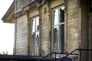 Nio fönsterrutor har krossats på gamla stationshuset i Näsviken.