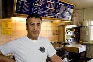 """FÖRVÅNAD. Restaurangägaren Jalil Aziz är förvånad över att ett parti som är känt som främlingsfientligt fått ett så starkt fäste i lilla Jäderfors. """"Här bor bara trevliga människor"""", säger han."""