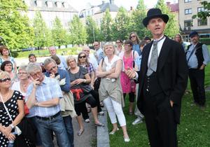 Träpatron Fredrik Bünsow (Hans Thörn) är ute på inspektion. Han var tysk och kom för att hjälpa sin morbror leda sågverk, från det stora Kiel till ett litet Sundsvall på 3 000 personer. Men här blev han kvar, byggde Villa Merlo och lämnade efter sig 420 miljoner kronor - en förmögenhet som vid denna tid bara överträffades av Afred Nobels.