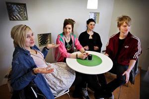 """Paula Dahlin, Caroline  Haglund, Elin Karlström och Viktor Olofsson är fyra av de 12 gymnasieelever från Östersund som deltagit  i projektet """"Smal"""". """"Smal"""" står för snygghet, makt,  ansvar och lidande."""