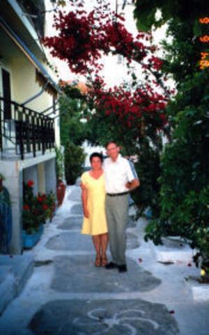 Ann-Kristin och Torsten Bogstag, Gnarp, firar 35 års kärlek och vänskap samt 30-årig bröllopsdag på den grekiska ön Paros. De vigdes den 20 juni 1975 i Timrå församling av Magdalena Fischer.Foto: privat