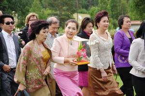 Många thailändare , inte bara från den thailändska delegationen, hade kommit till paviljongen i Utanede för att hedra kung Chulalongkorn och lägga gåvor och blommor vid hans staty.