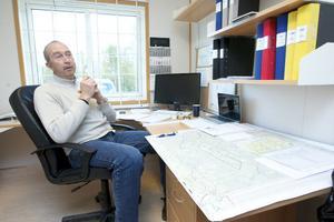 Grybbs arbetsrum är fyllt med kartor och tidsplaner på projektet