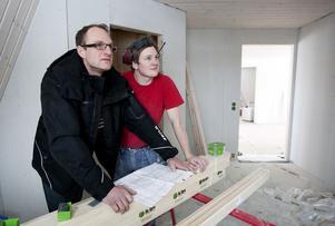 Jens Pettersson och Robert Hedlund i den del av huset som ska bli badrum med bastu.