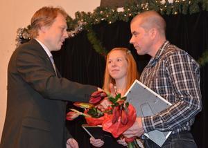 Linda Widén och Lars Svarf från Cykelklubben Natén tilldelas årets ungdomsledarstipendium av kommunalrådet Abbe Ronsten.