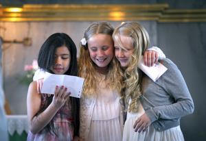 Tre glada stipendiater! Emma, Engla och Alva fick Hembygdsföreningens musikstipendium.