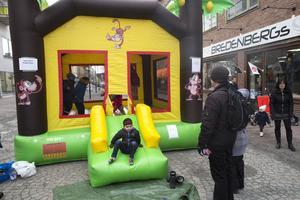 Hoppborgen på gågatan var flitigt frekventerad av unga stadsbesökare under lördagen.